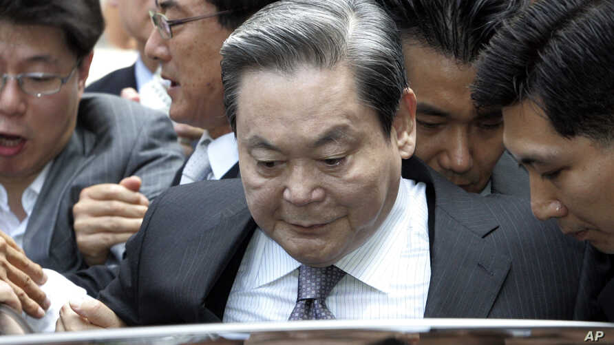 FILE-In this Aug. 14, 2009 file photo, Samsung Group Chairman Lee Kun-hee gets into a car to leave the Seoul Court House after his trial in Seoul, South Korea. South Korean prosecutors have started investigating allegations that ailing Lee bought sex