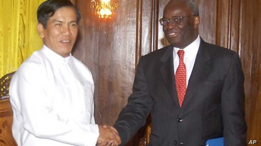 In this photo released by the Burmese news agency, Burma Foreign Minister Nyan Win, left, shakes hands with the U.N. Special Envoy Ibrahim Gambari prior to their meeting in Yangon Monday, 18 Aug 2008 (file photo)