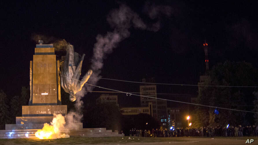 Activists topple Ukraine's biggest monument to Lenin at a pro-Ukrainе rally in the central square of the eastern city of Kharkiv Sept. 28, 2014.