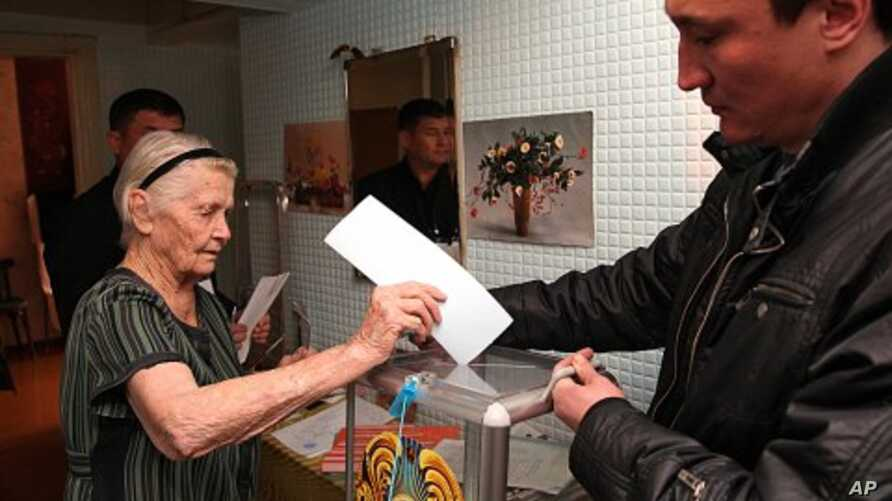 An elderly Kazakh woman votes at her home in Kazakhstan's commercial capital Almaty, January 15, 2012.