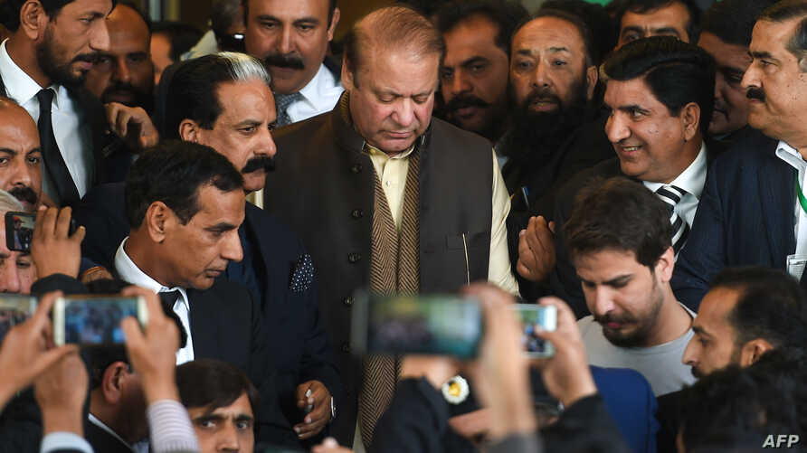 Deposed Former Pakistani prime minister Nawaz Sharif (C) leaves the Supreme Court building after the shrine land case hearing in Islamabad on December 4, 2018. - Nawaz claims he is being targeted by the country's powerful security establishment, and