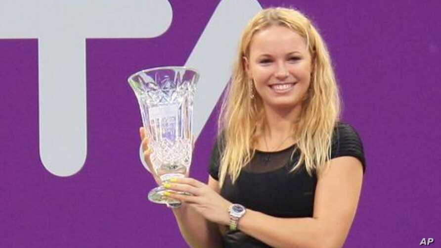 Caroline Wozniacki hoists the trophy for finishing the year at number one, 31 Oct 2010