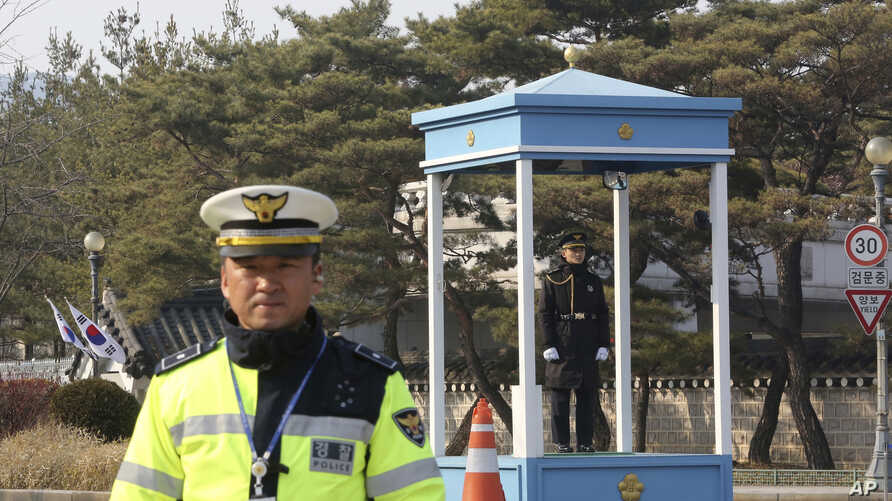 Police officers stand guard near the presidential Blue House in Seoul, South Korea, Feb. 3, 2017. South Korean officials Friday turned away prosecutors trying to search the president's mountainside compound, a confrontation that highlights the tensio