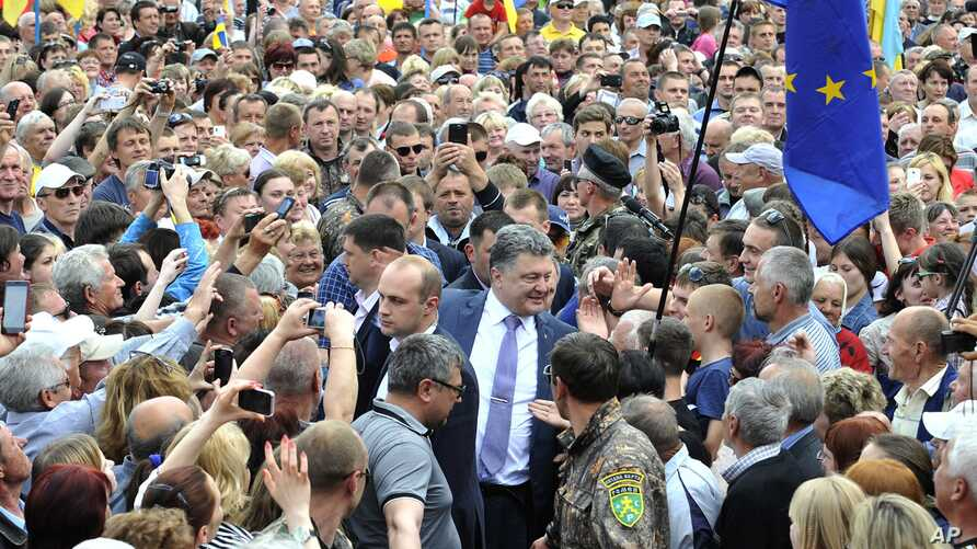 Ukrainian presidential candidate Petro Poroshenko is welcomed by his supporters during a rally in Konotop, Ukraine, May 15, 2014.
