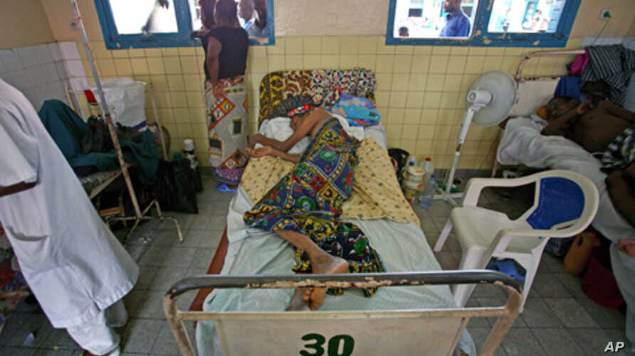 Patient, who is suffering from AIDS, lies on a bed at the state hospital in Congo's capital of Kinshasa, October 2006. Researchers hope new mathematical formula will allow doctors to use the best combinations of antiretroviral drugs for treatment. (f