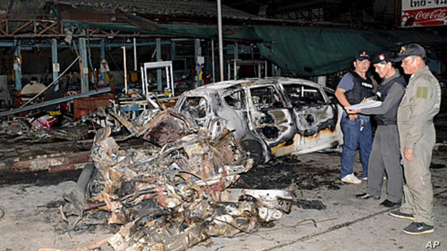 Thai security officers examine the site of a blast in Sungai Kolok, Narathiwat province, southern Thailand, September 16, 2011.