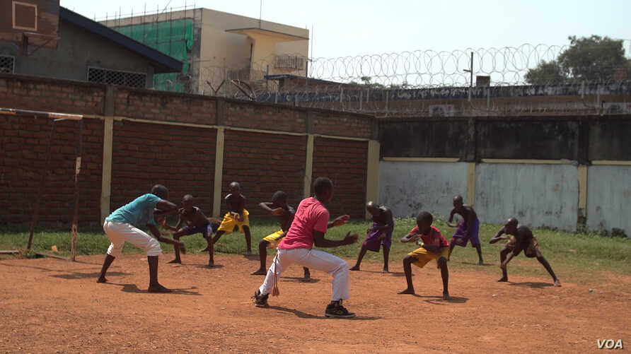 A capoeira instructor teaches orphans the proper techniques of the martial art inside the Fundation Voix du Coeur orphanage in Bangui, April 20, 2017. (Photo: Z. Baddorf/VOA)