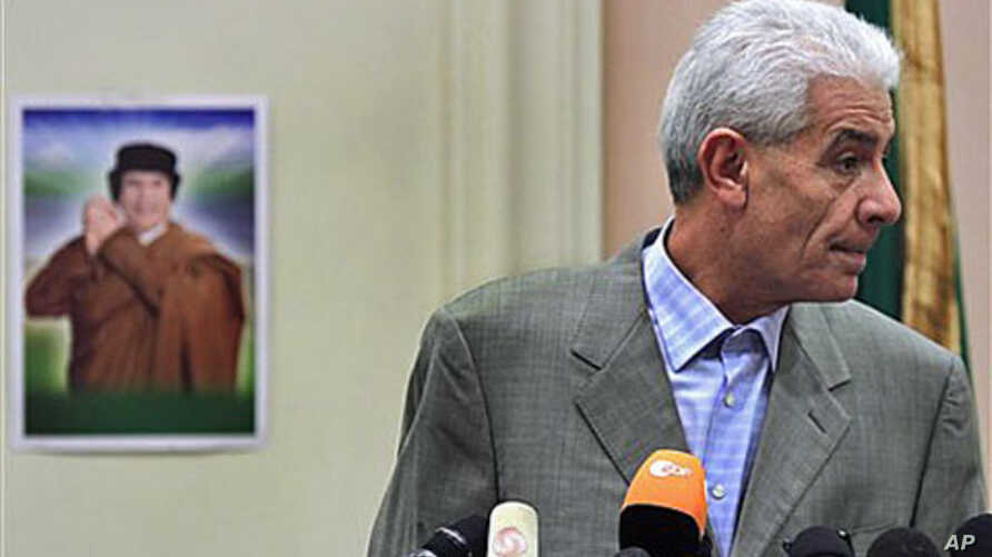 Libya's Foreign Minister Moussa Koussa reads a statement to foreign journalists at a hotel in Tripoli, March 18, 2011 (file photo)