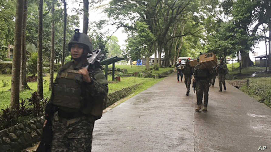 Philippine troops arrive at their barracks to reinforce fellow troops following the siege by Muslim militants, on the outskirts of Marawi city in the southern Philippines, May 24, 2017.