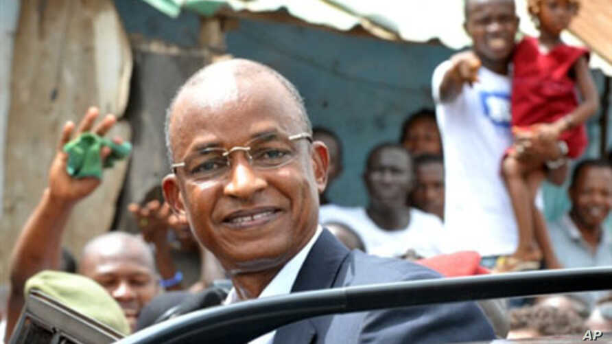 Candidate for the Guinean  presidency Cellou Dalein Diallo smiles to the crowd, 27 Jun 2010