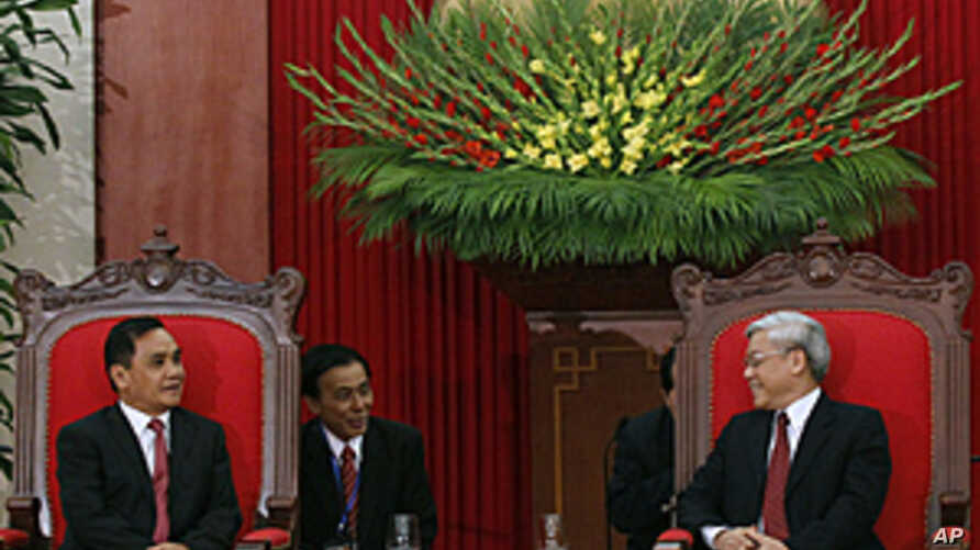 Laos' Prime Minister Thongsing Thammavong (L) and Vietnam's Communist Party General Secretary and National Assembly Chairman Nguyen Phu Trong (R) talk at the Party's headquarters in Hanoi, February 28, 2011