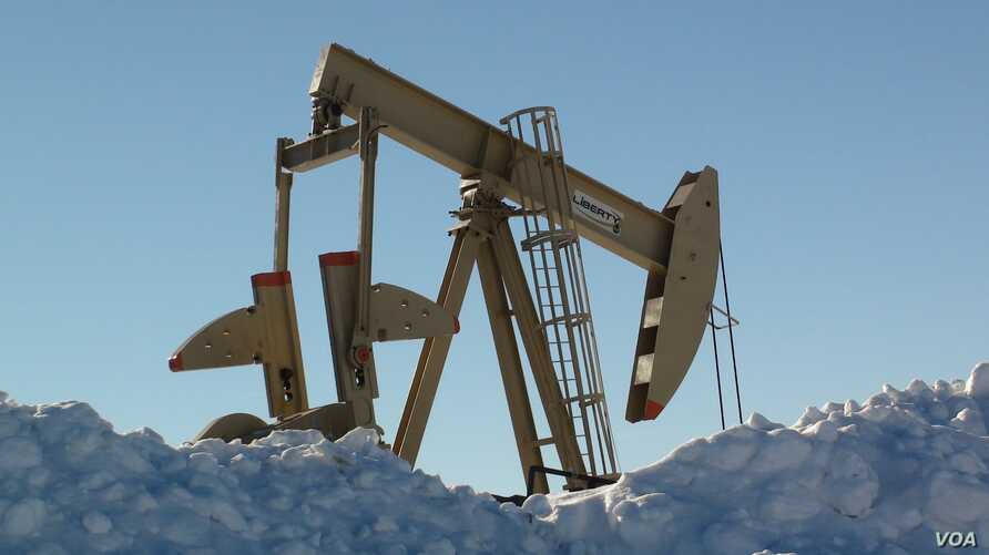 Oil pump jacks can be seen in Dickinson, North Dakota, December 4, 2016. (G. Flakus/VOA)