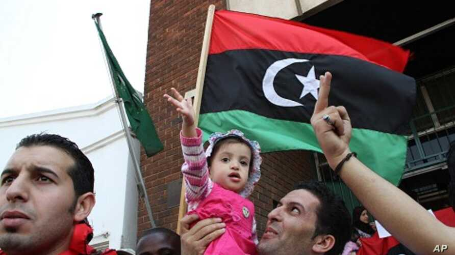 Libyan's living in Zimbabwe demonstrate against the rule of Moammar Gadhafi at the Libyan Embassy in Harare, August 24, 2011