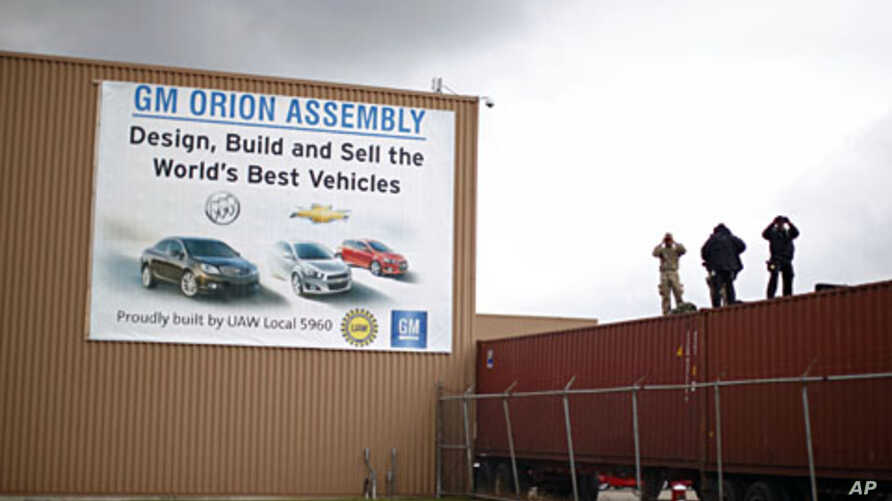 A security detail keeps watch at General Motors Orion Assembly plant as U.S. President Barack Obama arrives to tour the facility with South Korean President  Lee Myung-bak in Detroit, Michigan, October 14, 2011