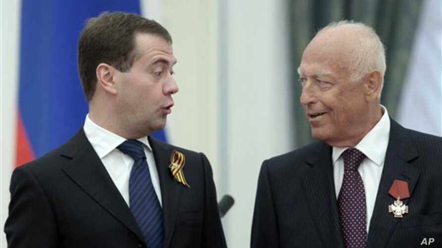 Russian President Dmitry Medvedev, left, speaks with presidential aide and former prime minister Viktor Chernomyrdin at a presentation ceremony of state awards in the Kremlin, Moscow, Russia, 6 May 2010 (file photo)