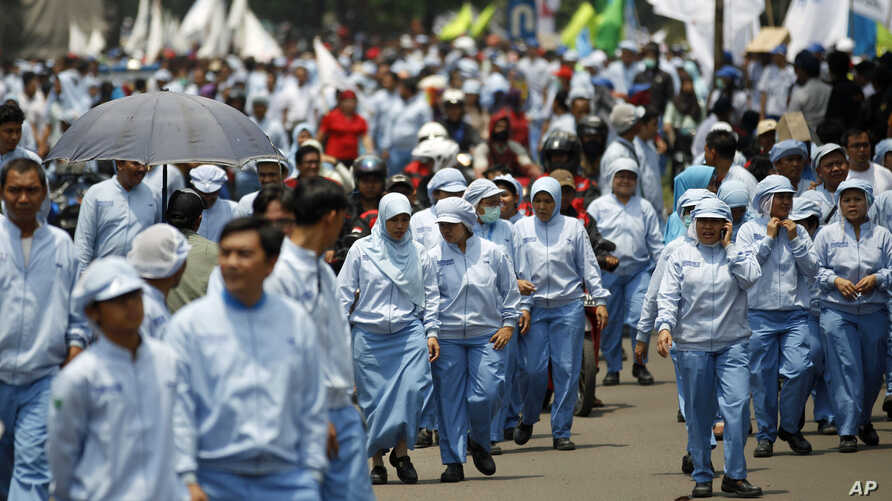 Indonesian workers march during a rally against low wages in Jakarta, Oct 31, 2013.