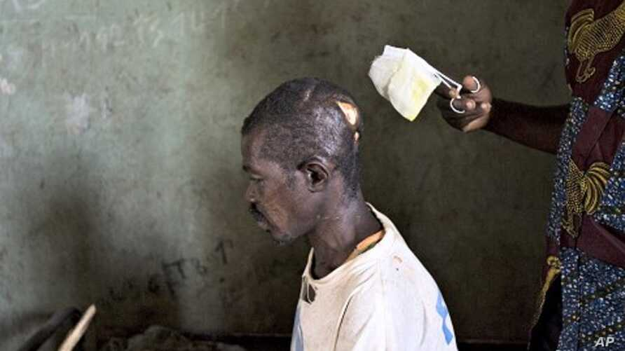 A nurse dresses the machete wounds on the head of Jean-Marie Anigbishe, 45, who was attacked by Ugandan Lord's Resistance Army (LRA) rebels near Ngalima in northeastern Congo. (File Photo)