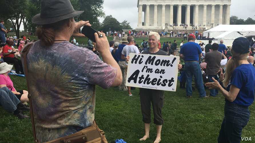 Atheists and freethinkers gather in Washington D.C. at the Reason Rally 2016 (A. Barros/VOA)