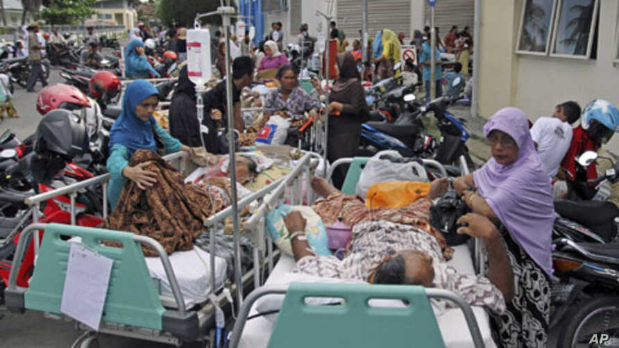 Patients are evacuated from a hospital in Banda Aceh in Aceh province, Indonesia, after an earthquake hit the western coast of Sumatra, April 11, 2012.