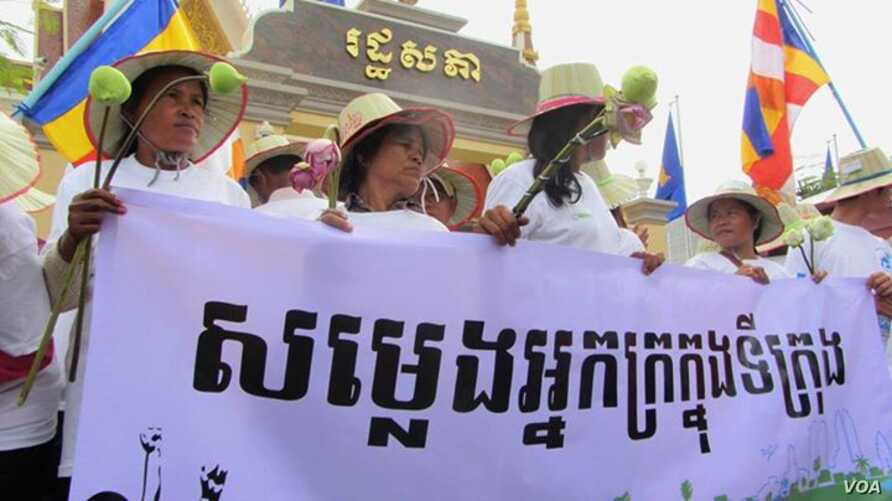"""Land grabbing victims mark the 29th World Habitat Day by demanding a speedy solution to their problems. Holding a banner that reads """"Voices of the Urban Poor"""", they walked to the National Assembly in Phnom Penh  to submit a  petition to the governmen"""