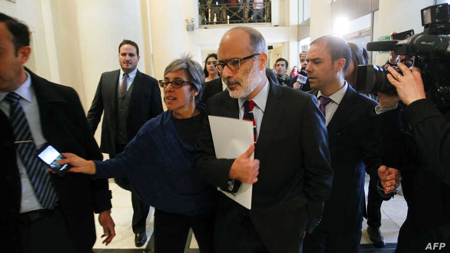 Finance Minister Rodrigo Valdes (C), leaves a press conference after presenting his resignation to Chilean President Michelle Bachelet in Santiago, Aug. 31, 2017, following disagreements over economic policy.