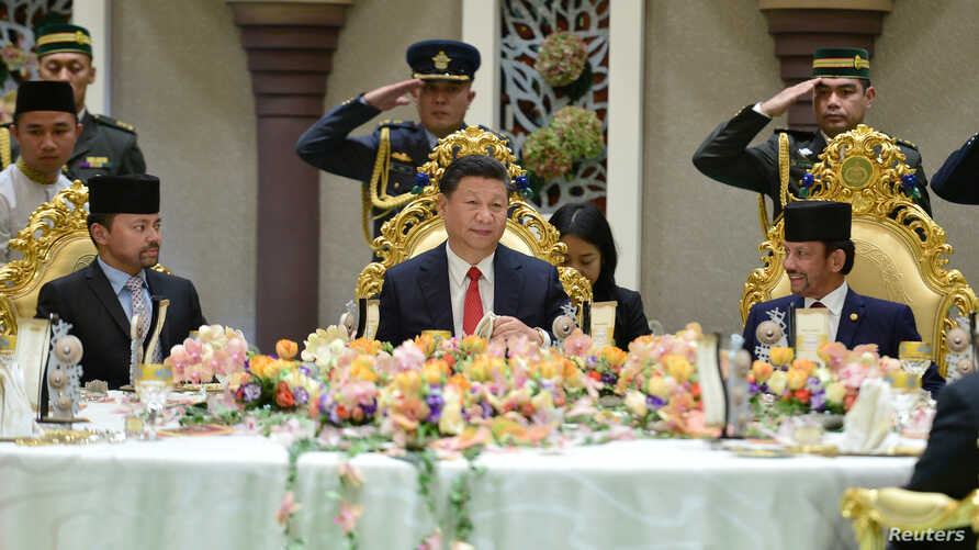 Chinese President Xi Jinping, Brunei's Sultan Hassanal Bolkiah and Brunei's Crown Prince Al-Muhtadee Billah attend a luncheon at the Nurul Iman Palace in Bandar Seri Begawan, Brunei, Nov. 19, 2018.