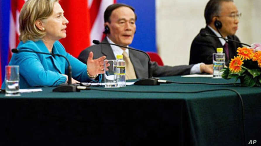 US Secretary of State Hillary Clinton speaks alongside Chinese Vice-Premier Wang Qishan (C) and Chinese State Councilor Dai Bingguo (R) during a signing ceremony in Beijing, 25 May 2010