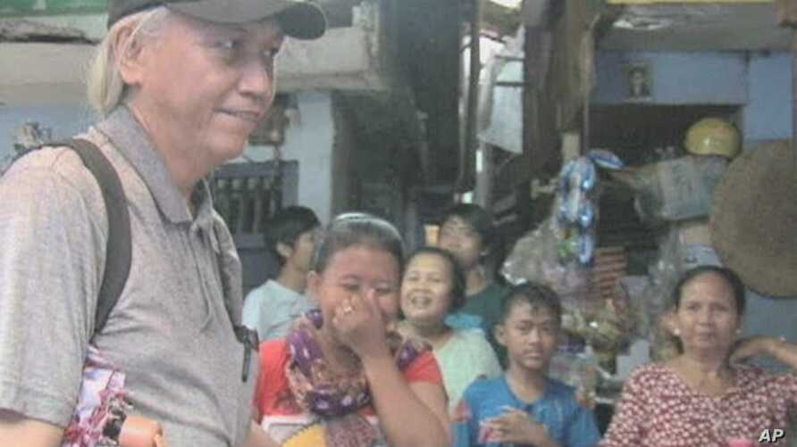 Ronny Poluan gives guided tours of Jakarta, Indonesia's slums to tourists