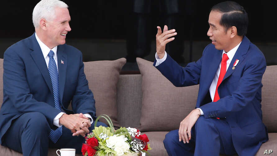 U.S. Vice President Mike Pence (left)  meets with Indonesian President Joko Widodo at the presidential palace in Jakarta, Indonesia, April 20, 2017.