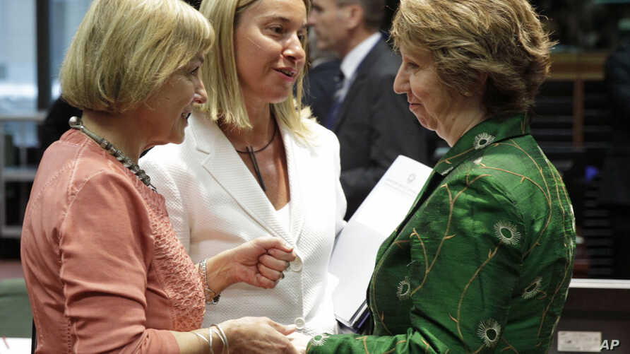 EU foreign policy chief Catherine Ashton (R) talks with Italy's Foreign Minister Federica Mogherini (C), and Croatia's Foreign Minister Vesna Pusic, during an EU foreign ministers council at the European Council building in Brussels, July 22, 2014.
