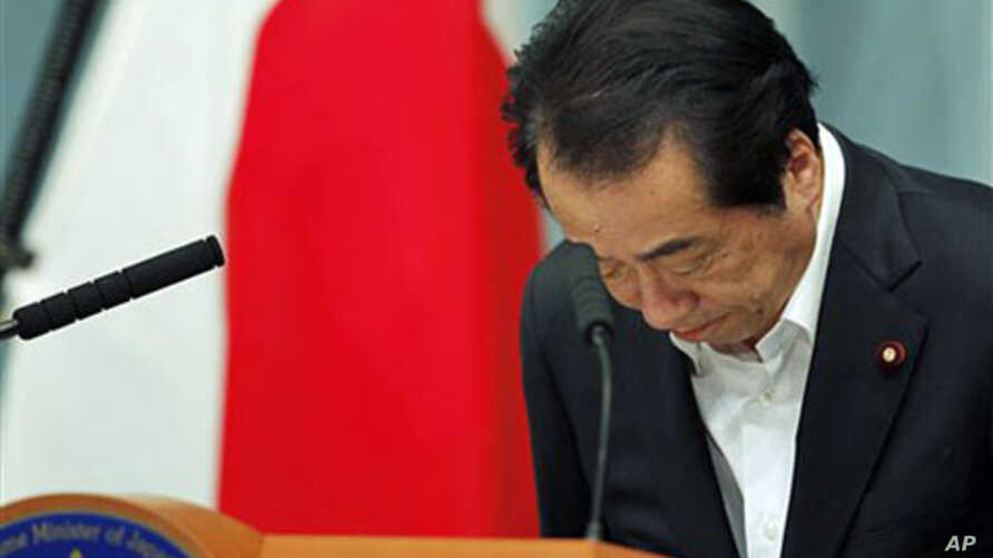 Japanese Prime Minister Naoto Kan bows at the start of a news conference on nuclear policies and regulatory structures at his official residence in Tokyo, May 18, 2011 (file photo)