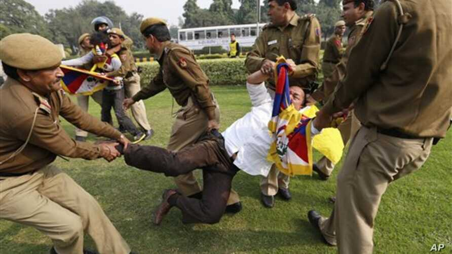 Indian policemen detain a Tibetan Youth Congress supporter as he protests outside the Chinese Embassy in New Delhi, India, November 12, 2012.