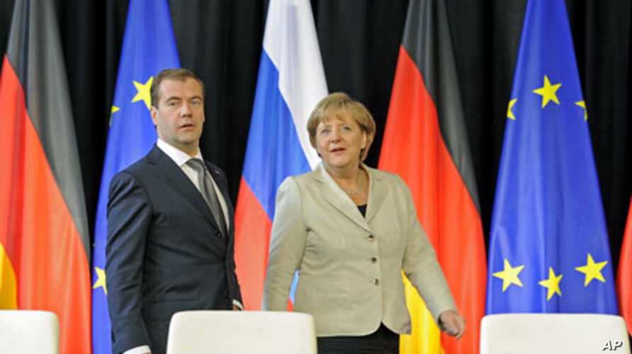 Russian President Dmitry Medvedev (L) and German Chancellor Angela Merkel arrive for a signing ceremony after a round of German-Russian consultations in Hanover, Germany, July 19, 2011