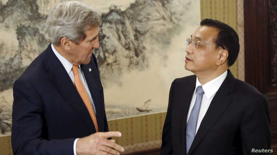 U.S. Secretary of State John Kerry (L) speaks with Chinese Premier Li Keqiang at the Zhongnanhai Leadership Compound in Beijing, China, May 16, 2015.  REUTERS/Kim Kyung-Hoon  - RTX1D75B