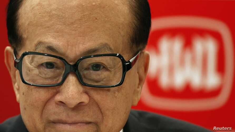 Chinese tycoon Li Ka-shing in front of Hutchison Whampoa company logo, Hong Kong, March 26, 2013.