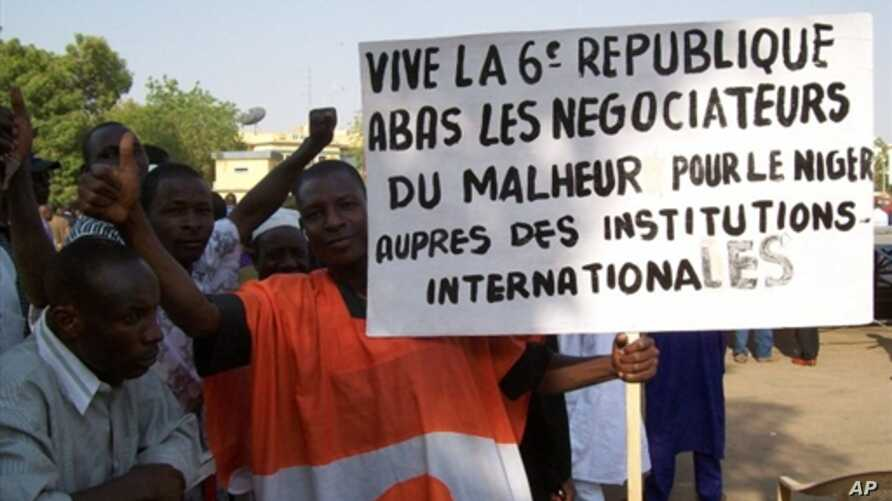 Thousands of people march in Niamey to back Niger's President Mamadou Tandja, who has obtained an extension of his mandate in defiance of his foes and by flouting the international community, 15 Dec 2009