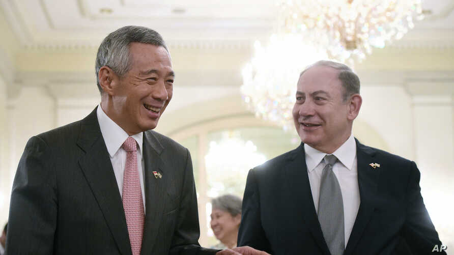 Singapore Prime Minister Lee Hsien Loong, left, and Israeli Prime Minister Benjamin Netanyahu, right, speak at the Istana or Presidential Palace in Singapore, Feb. 20, 2017.