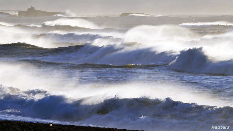 General view of beach shows breaking waves along the ocean beach front in Biarritz on the southern Atlantic Coast of France, February 6, 2014.  REUTERS/Regis Duvignau (FRANCE - Tags: ENVIRONMENT) - RTX18B8V