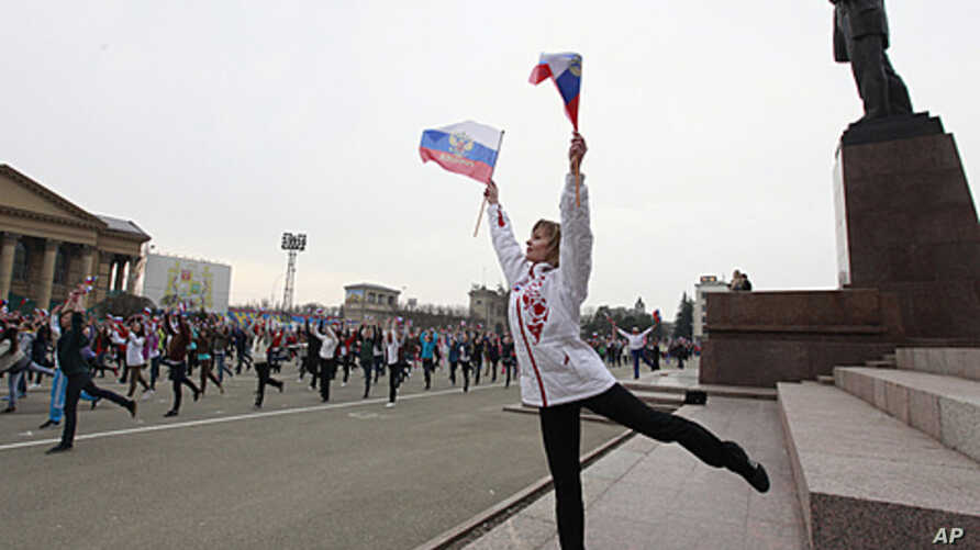 People take part in a mass exercise session in the central square of Russia's southern city of Stavropol, April 6, 2012, to celebrate World Health Day.