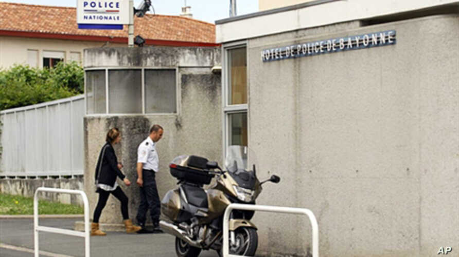 A policeman enters the Police station of Bayonne, French Pyrenees, where Juan Carlos Iriarte, a Spaniard linked to the ETA, is held after he was arrested in the southwestern French border town of Hendaye, 01 June 2010