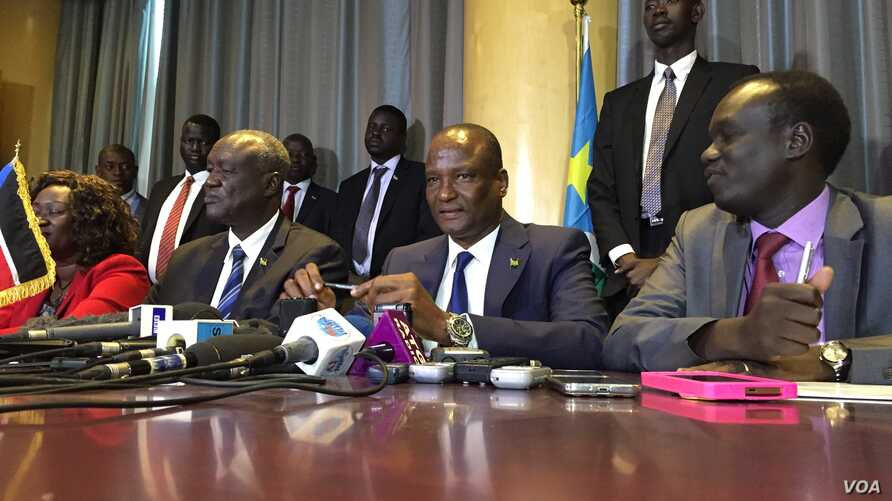 South Sudan's new First Vice President Taban Deng Gai (center) speaking to the press in Nairobi, Kenya, Aug. 17, 2016.
