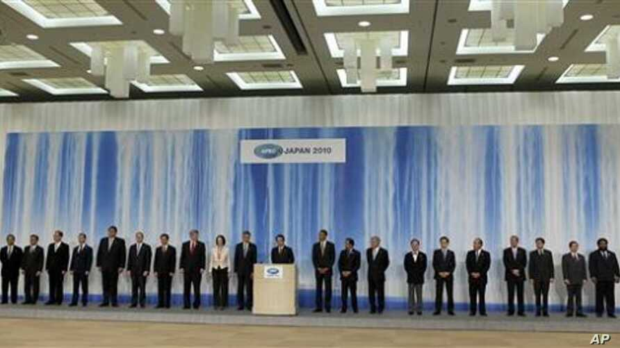 Japanese Prime Minister Naoto Kan, center, speaks at a joint delcaration with other APEC leaders in Yokohama, Japan, 14 Nov 2010