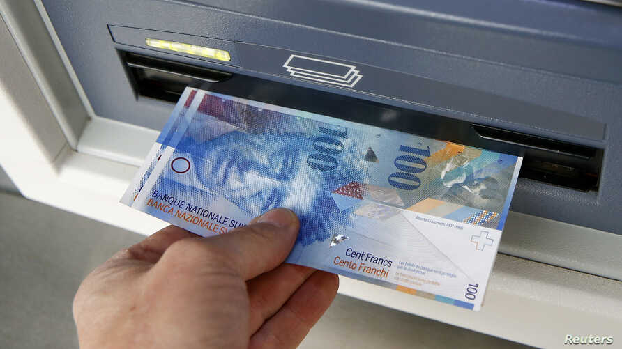 A 100 franc bank note is pulled from an ATM in Kreuzlingen, Switzerland.