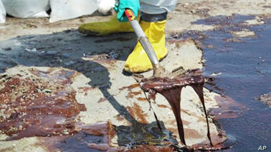 Workers along the US Gulf of Mexico try to clean up the oil coming ashore from the ruptured well.