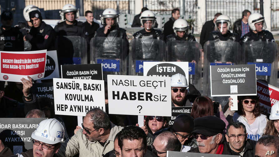Turkish journalists demonstrate outside the governor's office to protest censorship and new regulations on media freedoms and Internet bans in Istanbul, Feb. 16, 2014.