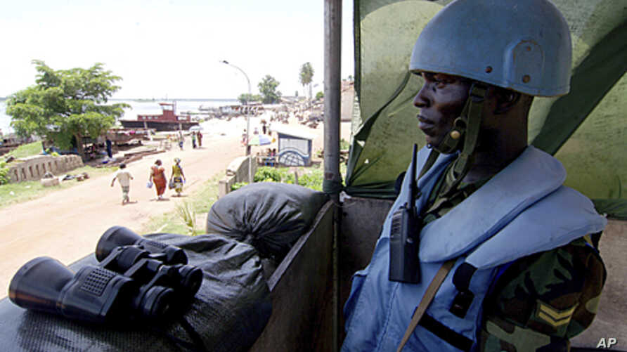 A Ghanaian peacekeeper from United Nations Mission in the Democratic Republic of Congo (MONUC) stands guard, April 12, 2010 (file photo).