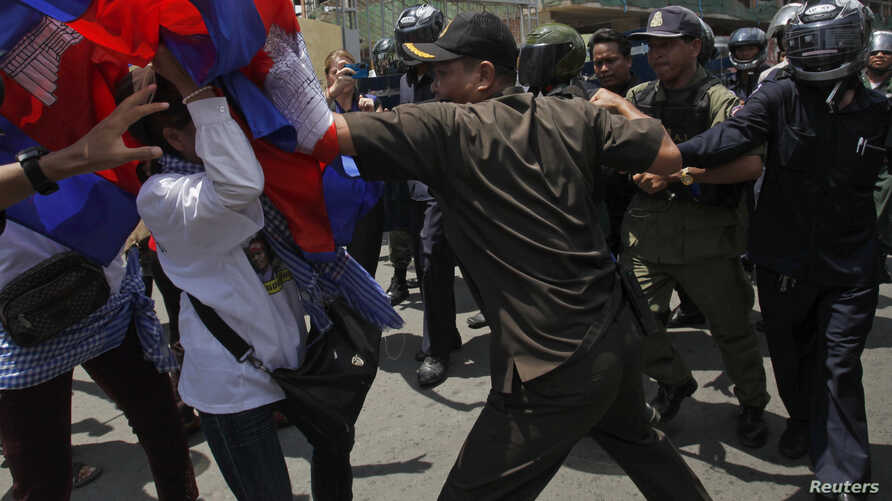 Protesters clash with police as they attempt to move toward the Phnom Penh Municipal Court, in central Phnom Penh, Cambodia, April 25, 2014.