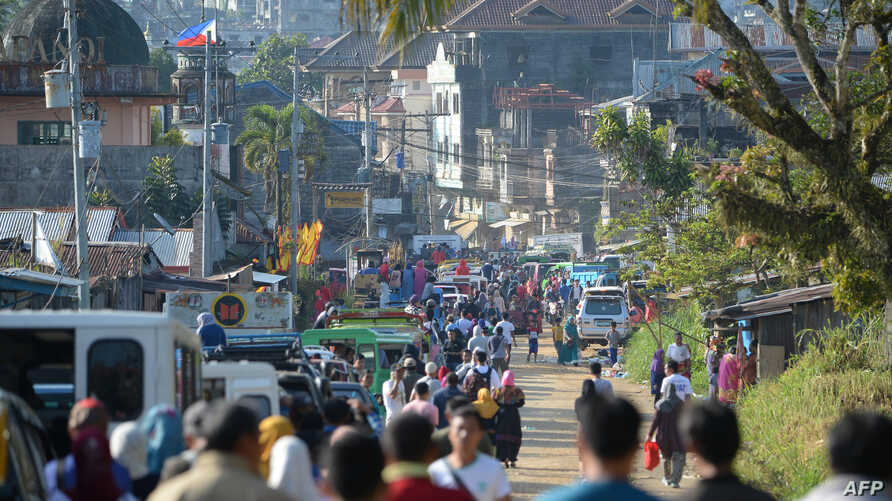 Thousands of residents wait to pass through a military checkpoint after authorities allowed them to visit their destroyed houses at the main battle area in Marawi City, in southern island of Mindanao, April 1, 2018.
