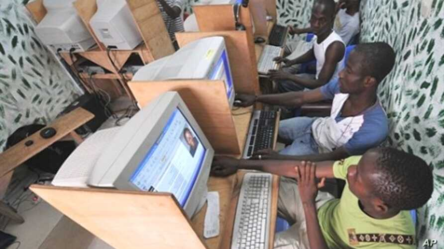 Ivorian youths look at a cyber cafe in Abidjan at the country's Independent Electoral Commission website (file photo)