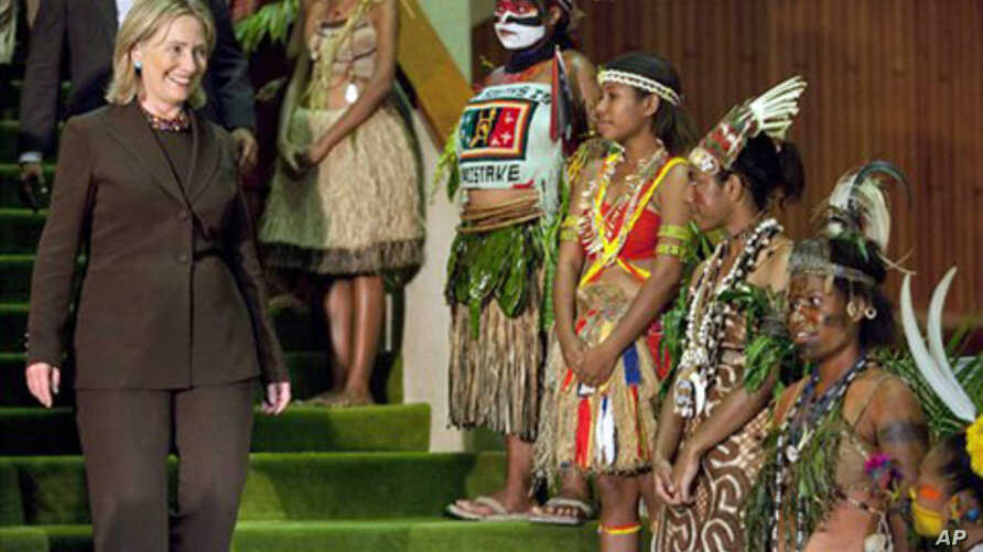 US Secretary of State Hillary Rodham Clinton walks past a group of girls in traditional dress after a meeting with Papua New Guinea Prime Minister Michael Somare in Port Moresby, 03 Nov, 2010.